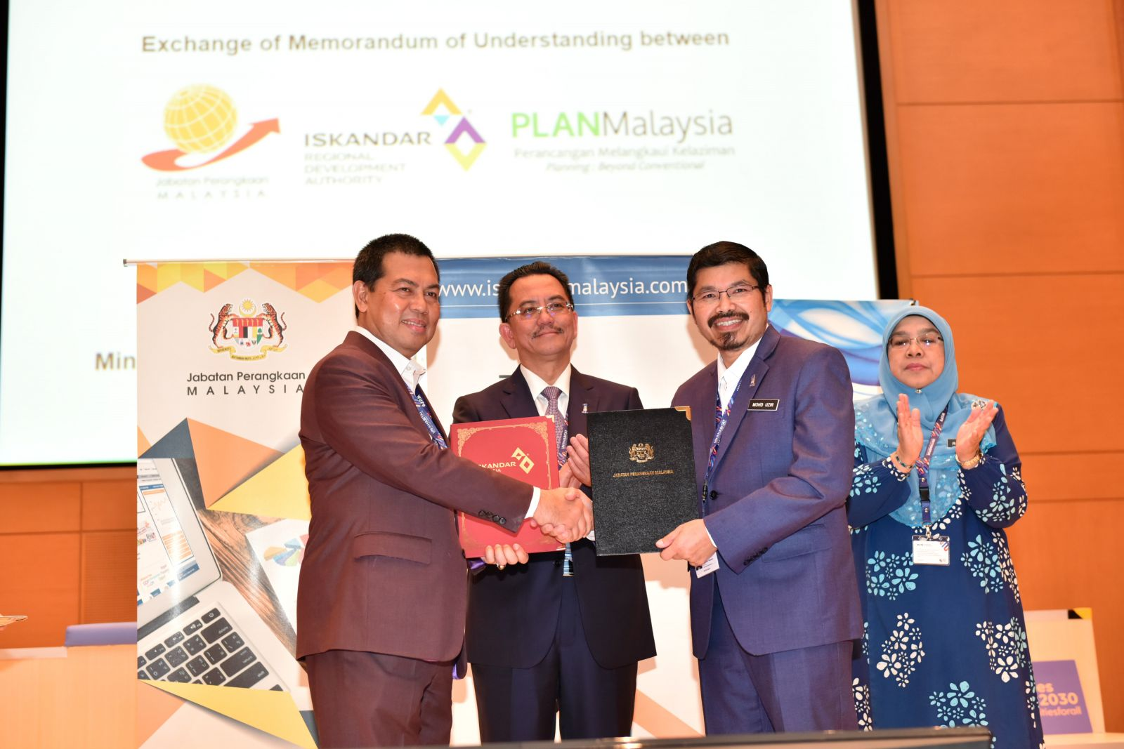 The MOU Exchange session between the DOSM and Iskandar Regional Development Authority (IRDA)